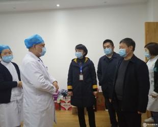 张清霜到德江县民族中医院慰问抗疫一线医护人员