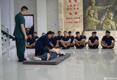德江县民族中医院到消防大队开展医疗知识培训